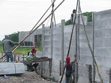 急ピッチで壁建設(2012.2月)