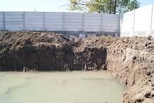 さっそく水が溜まって準備万端な排水タンク予定地