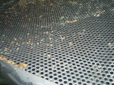 糖蜜分離篩スクリーンはワイヤーの切れ端が落ちないように、穴のあいた板で特注。