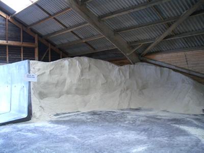 塩を倉庫に運び込み、1年以上寝かせ、ゆっくり水分を落とします。