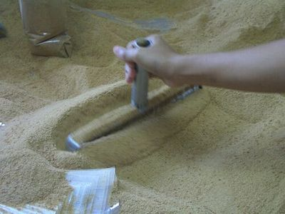 磁石で異物確認後に袋詰め。